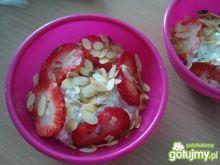 Serek wiejski z owocami na śniadanie