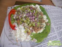 Serek wiejski z tuńczykiem na sałacie