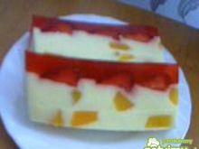 Serniczek z brzoskwiniami i truskawkami