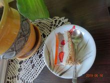 Sernik dwukolorowy z truskawkami