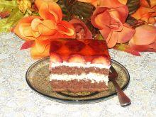 Sernik gotowany na biszkopcie z truskawkami
