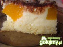 Sernik gotowany z brzoskwiniami
