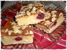 Sernik migdałowy z wiśniami i polewą czekoladową