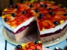 Sernik na zimno z czekoladą i owocami
