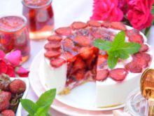 Sernik na zimno z truskawkowym środkiem