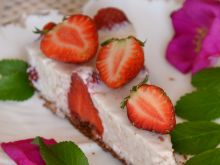 Sernik różany z truskawkami na zimno