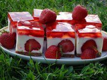Sernik truskawkowy z białą czekoladą