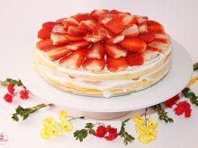Sernik Wielkanocny z polewą jogurtową i truskawkam