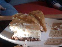 Sernik z białą czekoladą i karmelem