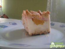 Sernik z brzoskwiniami