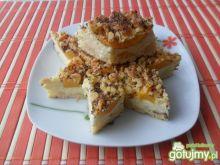 Sernik z brzoskwiniami na kruszonce