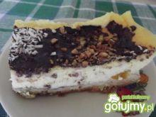 Sernik z brzoskwiniami polany czekoladą