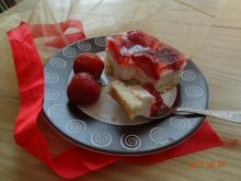 Sernik z jogurtem i truskawkami