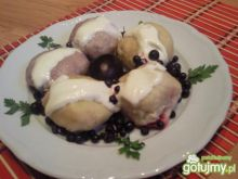 Serowe knedle ze śliwkami i jagodami