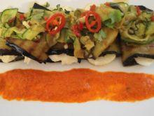 Serowe roladki bakłażanowe z pikantną sa