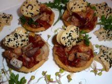 Śledź z pomidorem podany w babeczkach