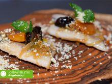 Śledzie z karmelizowaną cebulą, morelami i śliwkami