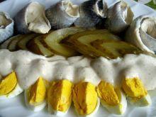 Śledziki i jajeczka z sosem