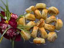 Ślimaczki z ciasta francuskiego z łososiem