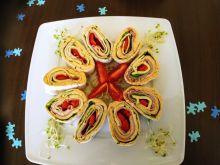 Ślimaczki z tortilli z serem, szynką i warzywami