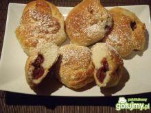 Słodkie bułeczki z wiśniami