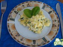 Smaczna jajecznia ze szpinakiem i serem