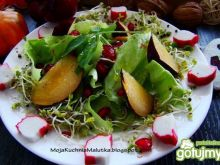 Smaczna sałata z śliwką i kiełkami