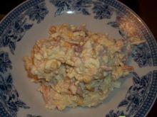 Smaczna sałatka z wędzonym kurczakiem.
