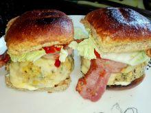 Smaczne hamburgery z warzywnym klopsem i boczkiem