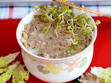 Smalec z fasoli z cebulą i chrupiącymi skwarkami