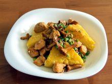 smażona polenta z kurkami i kurczakiem