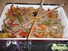 Smażony makaron gryczany z warzywami