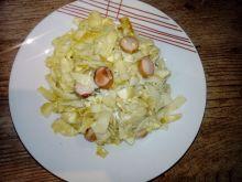 Smażony makaron z jajkiem i parówką