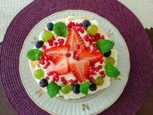 Śmietankowy torcik bezowy z owocami i miętą