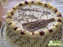 Śmietankowy tort z malinami