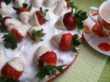 Śmietanowo-bezowa chmurka z truskawkami