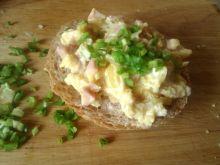 Śniadaniowa jajecznica z parówką i szczypiorkiem