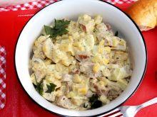 Śniadaniowa sałatka z jajkami i kiełbasą