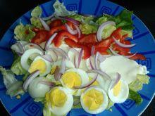 Śniadaniowa sałatka z jajkiem i mozzarellą