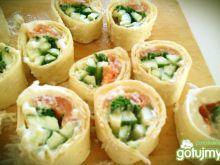 Śniadaniowe ala sushi z łososiem
