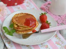 Śniadaniowe placuszki z musem truskawkowym
