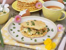 Śniadaniowe wytrawne gofry z grilla z jajecznicą