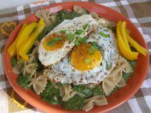 Sos szpinakowy z makaronem i jajkiem sadzonym