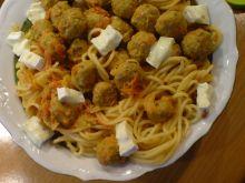 Spaghetii w pomidorach z klopsikami i camembert