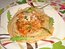 Spaghetti bolognese z rukolą