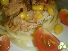 Spaghetti pomidorowe z tuńczykiem.