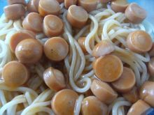 Spaghetti w sosie pomidorowym z parówkam