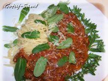 Spaghetti w stylu bolońskim z kwiatem roszponki.