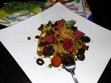 Spaghetti włoskie z warzywami i salami