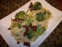 Spaghetti z brokułami i suszonymi pomidorami wg Zu